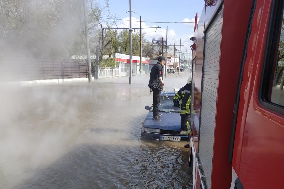 Спасатели помогли таксисту и пассажиру выбраться из «потопа» \ фото kh.dsns.gov.ua