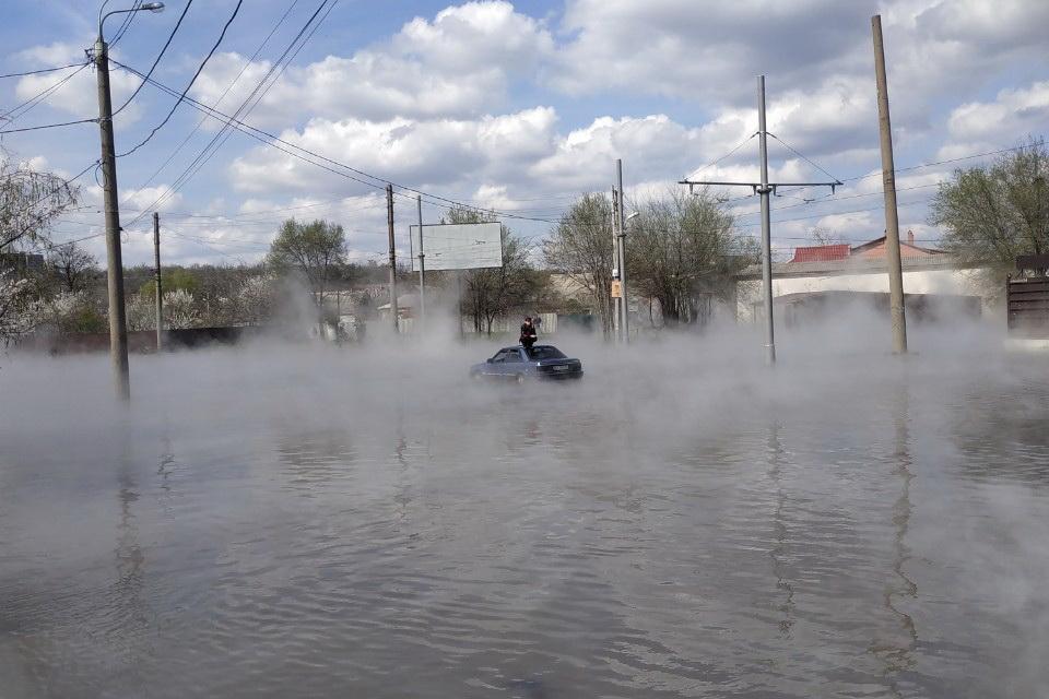 В результаті прориву гарячою водою затопило автомобіль / фото kh.dsns.gov.ua