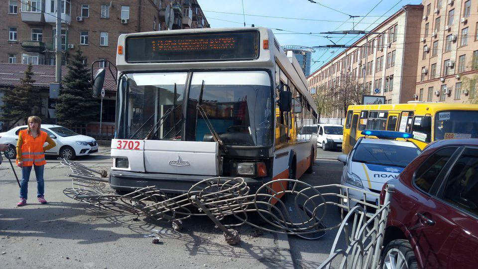 У тролейбуса розбита ліва фара та пошкоджено бампер / фото УНІАН
