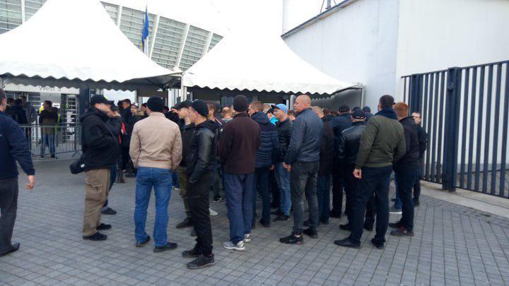 Молодики пройшли на стадіон поза чергою для журналістів / фото УНІАН