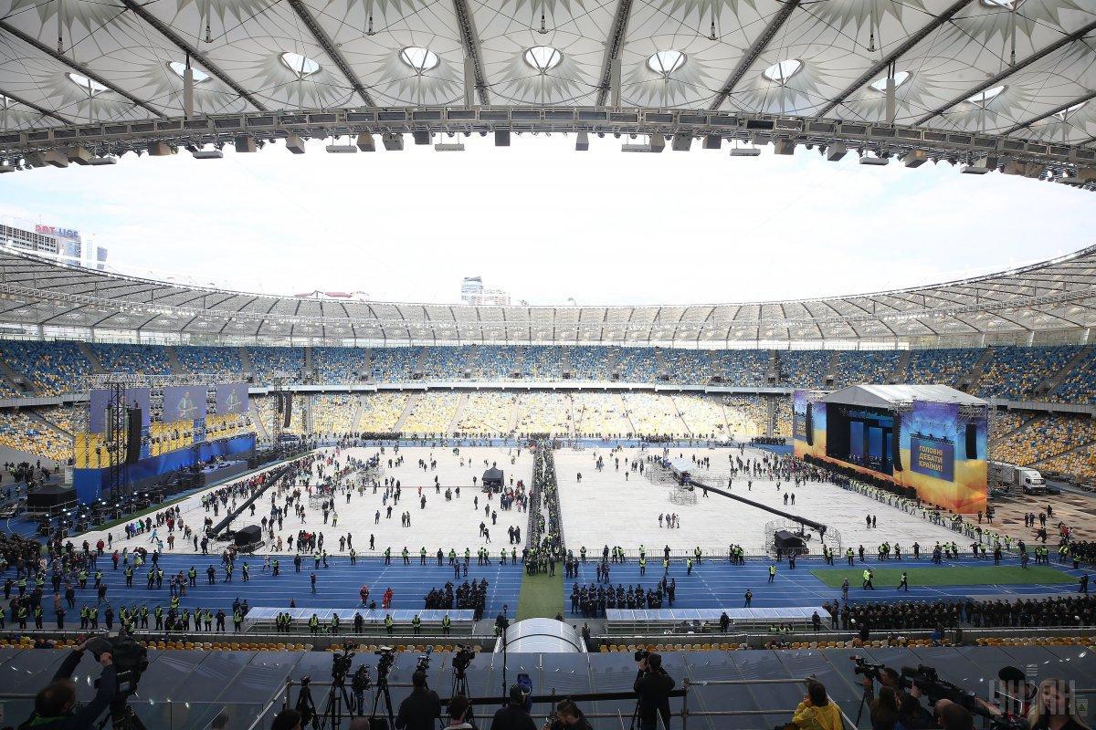 На стадионе НСК «Олимпийский» на месте футбольных ворот поставили две сцены / УНИАН