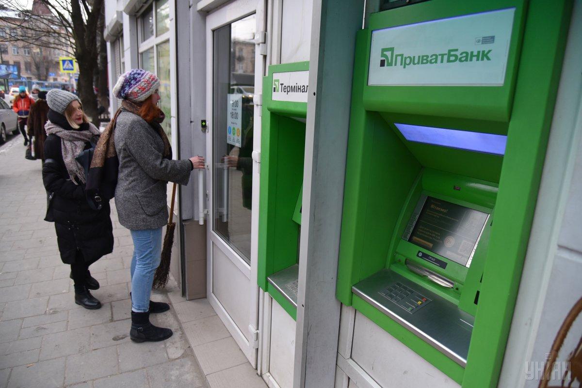 В банке заявили, что проводятся регламентные работы/ фото УНИАН, Владимир Гонтар