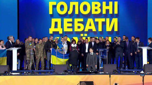 Порошенко и Зеленский во время дебатов стали на колени / скриншот