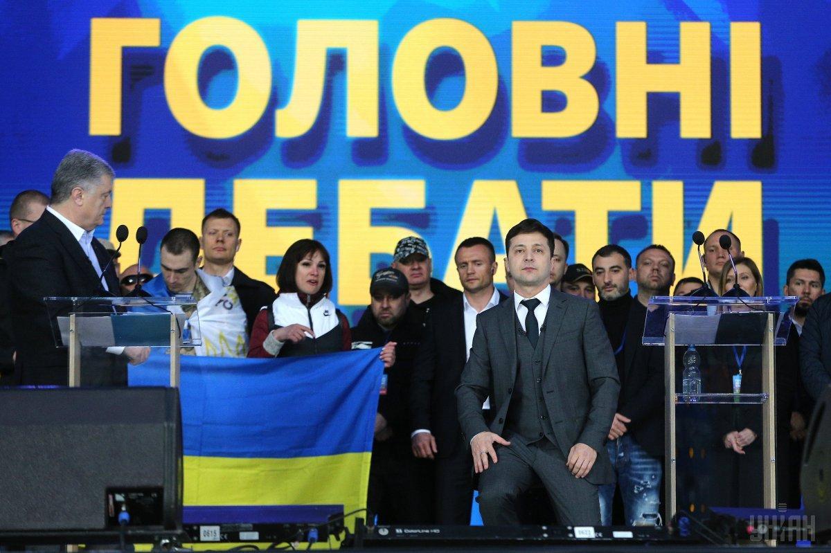 В ходе дебатов Зеленский и Порошенко стали на колени в знак уважения к украинцам, погибшим ввойне на Донбассе / УНИАН