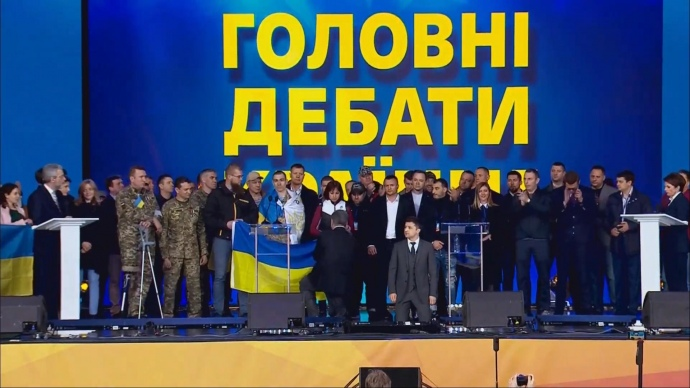 Зеленський став на коліна обличчям до громадян \ скриншот з відео
