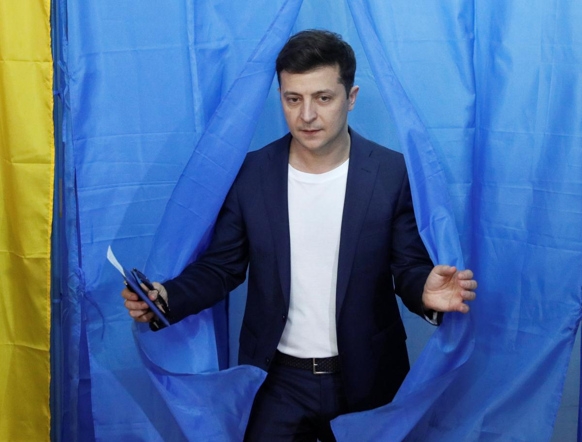 Владимир Зеленский во время голосования / REUTERS