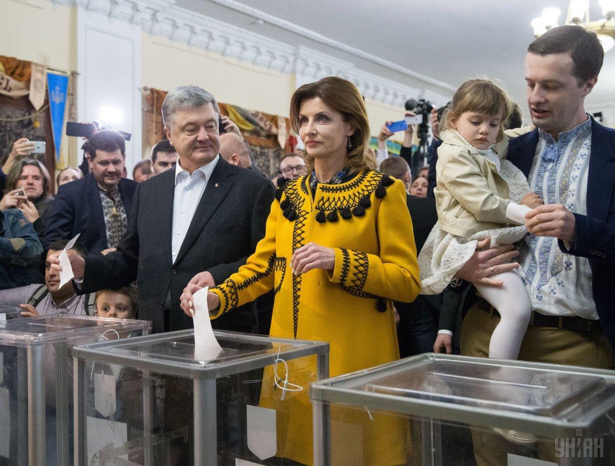 Порошенко також прийшов голосувати разом з родиною / Фото УНІАН