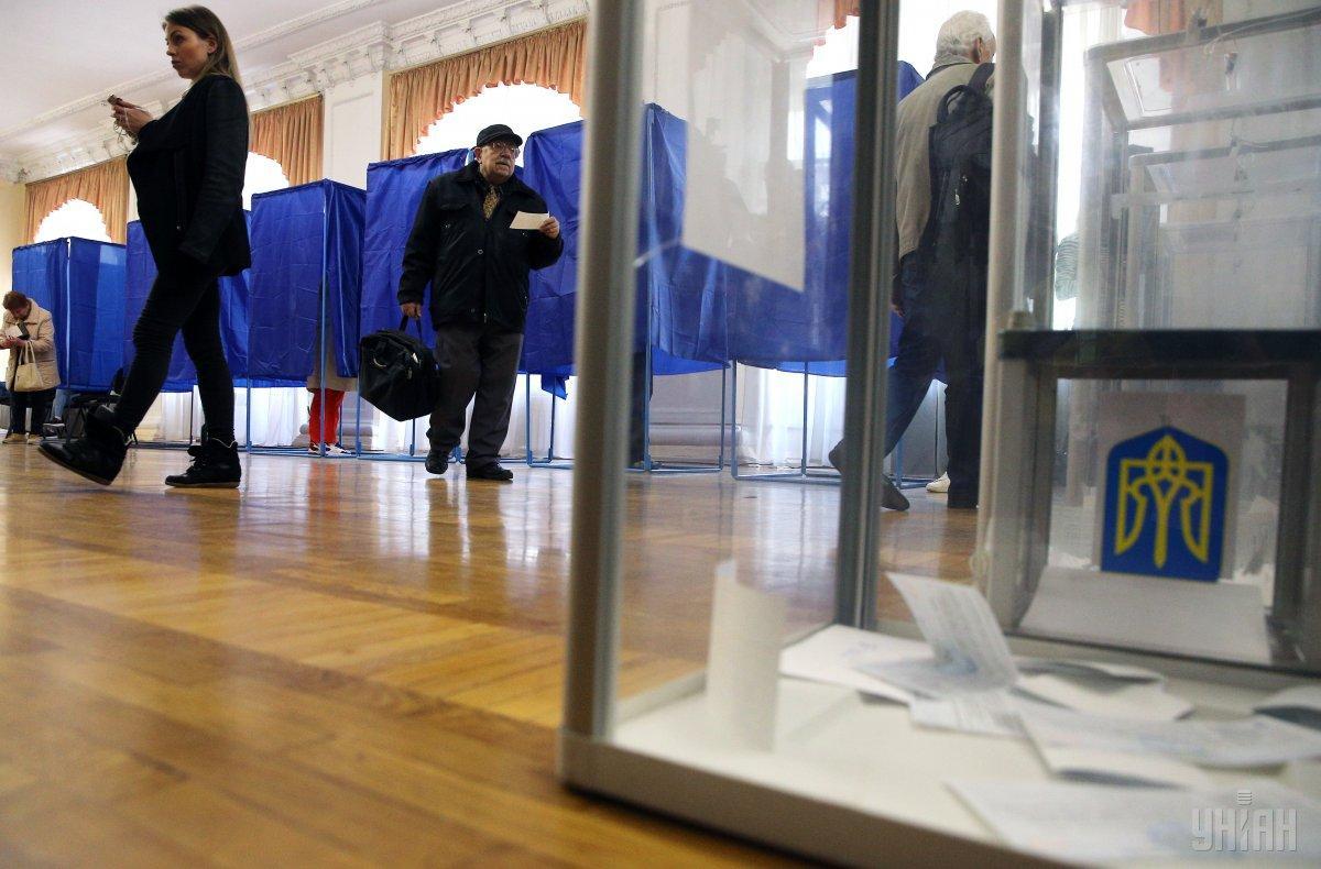 На избиратели участка начали развозить бюллетени / фото УНИАН