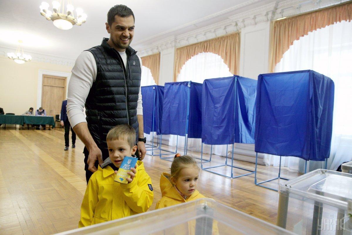 Українці ходили на вибори цілими родинами / Фото УНІАН