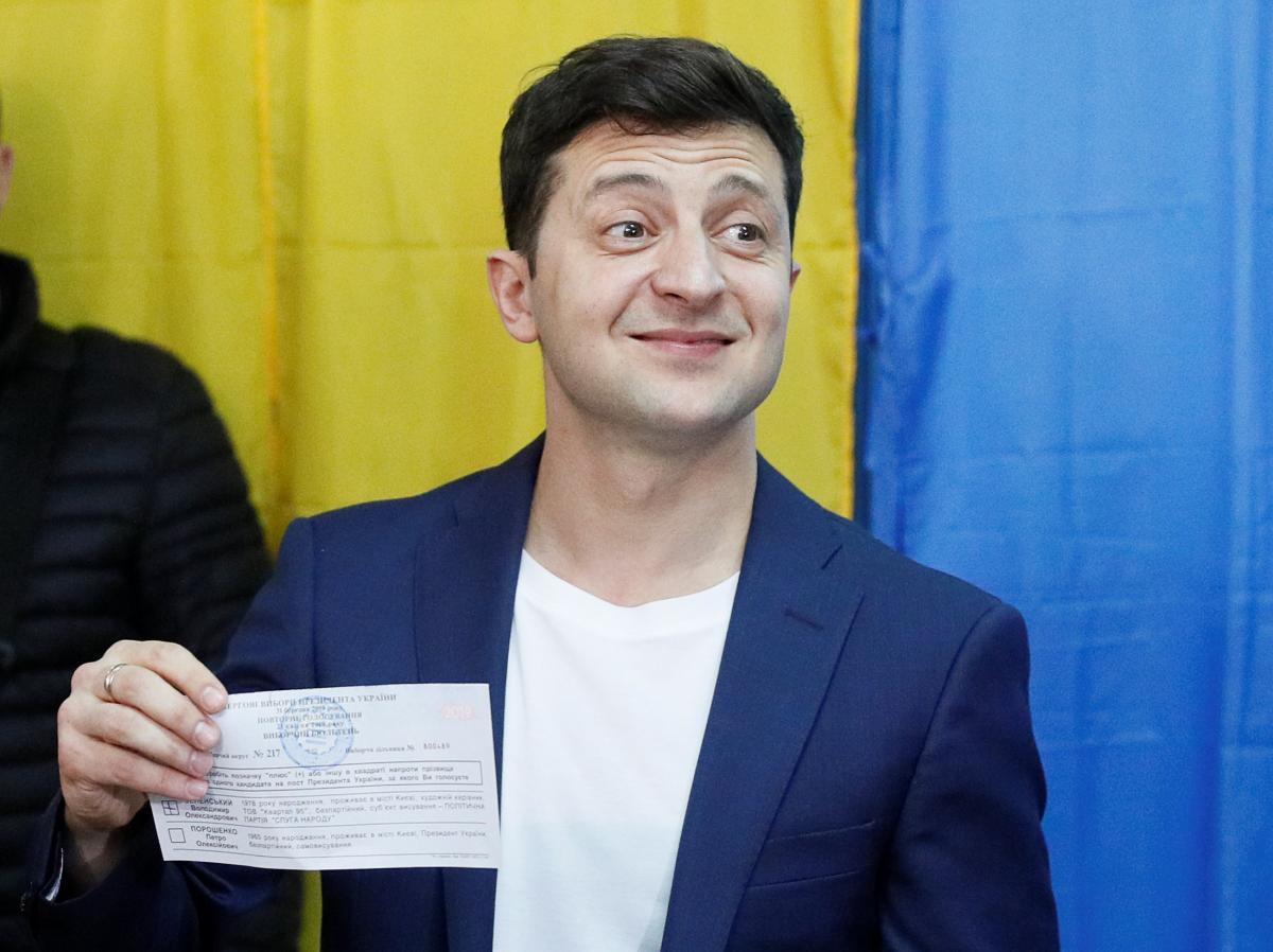 Владимир Зеленский показал бюллетень для голосования / REUTERS