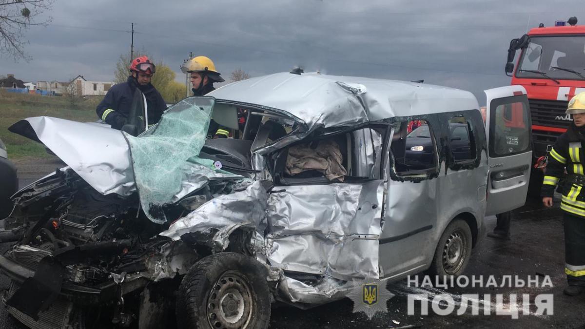 Водитель и пассажиры легковушки погибли / фото vl.npu.gov.ua