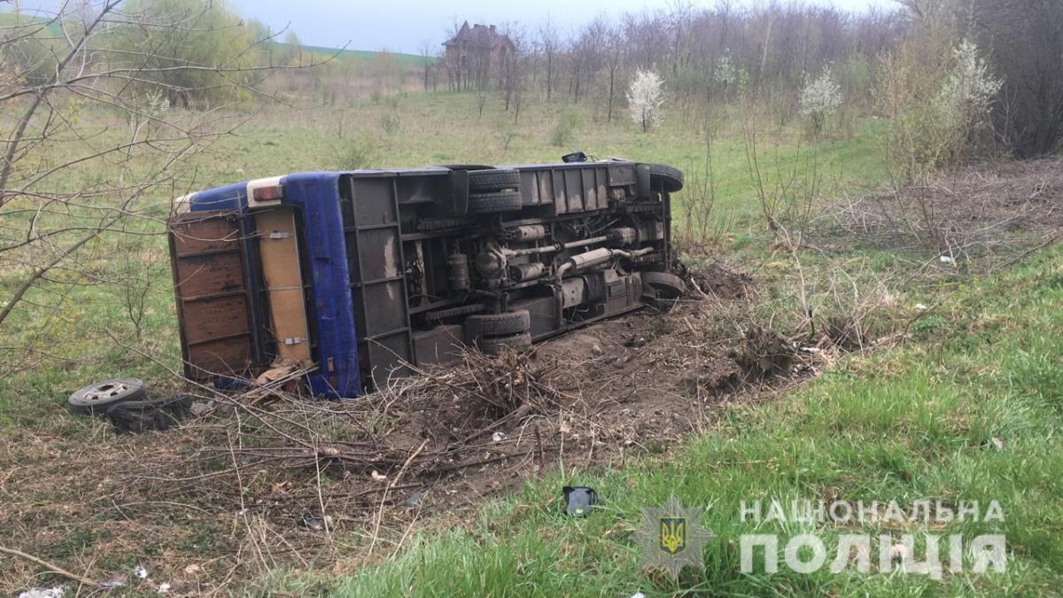 В результате столкновения автобус слетел в кювет / фото vl.npu.gov.ua