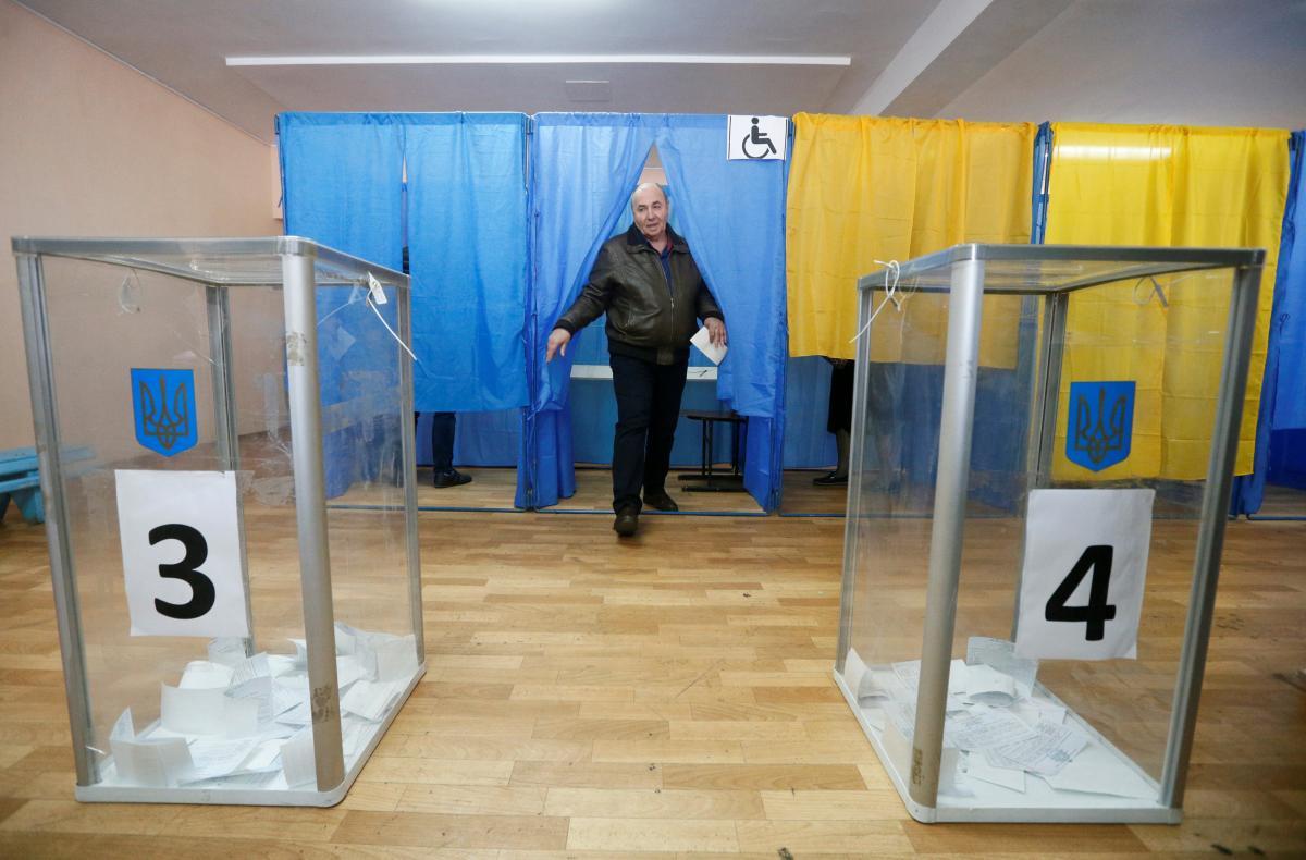 Процес зміни місця голосування йде не так екстремально, як це було під час президентських виборів / REUTERS