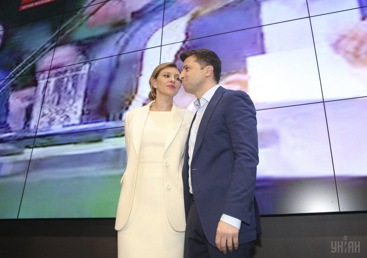 На оголошення попередніх підсумків екзит-полу Олена Зеленська була одягнена в елегантному білосніжному блейзері і брюках / фото УНІАН