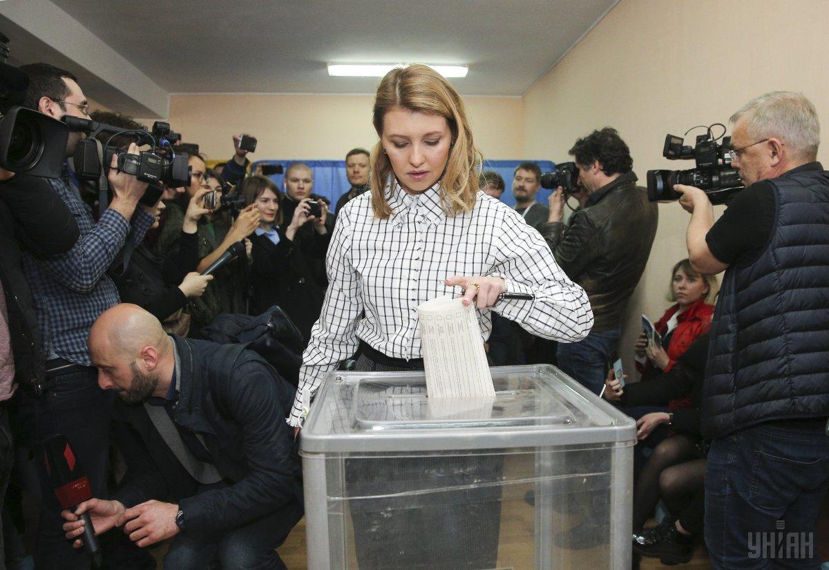 Елена Зеленская голосует в первом туре выборов президента Украины / фото УНИАН