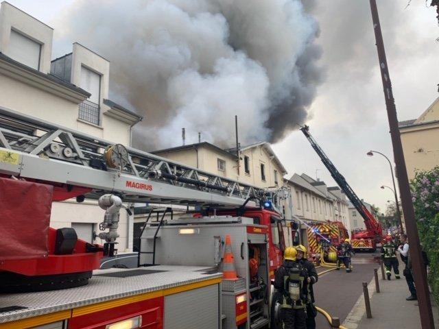 На боротьбу з пожежею залучили близько 80 осіб і 30 одиниць техніки / фото: Twitter pompiers78