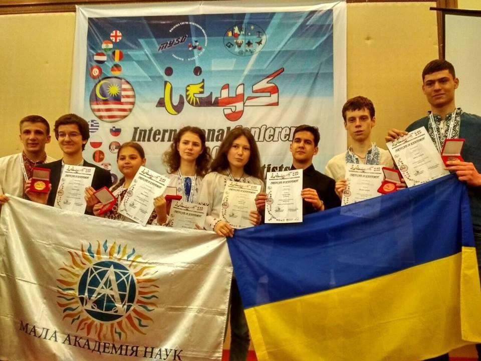 Украинские школьники завоевали 5 медалей на научной конференции в Малазии / фото facebook.com/UAMON