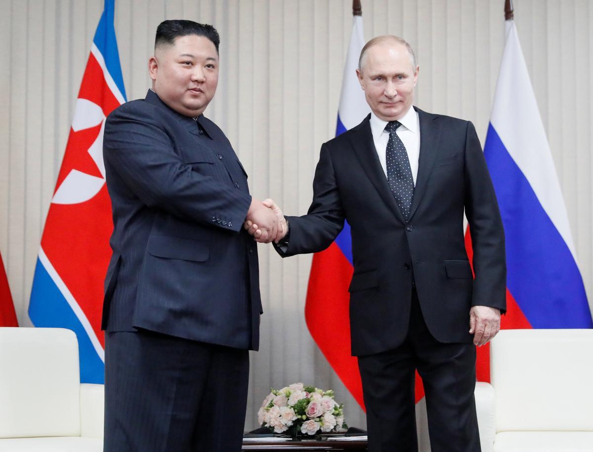 Путин пожимает руку Ким Чен Ыну / Reuters