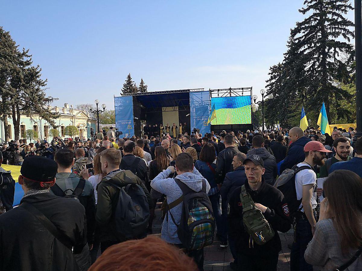 "Участники митинга держат в руках плакаты со словами ""Мова - це зброя""/ Фото: LB.ua"