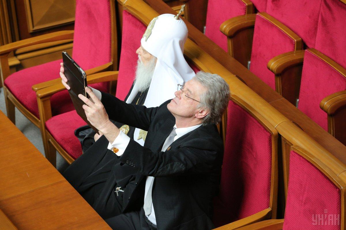 Пришли в Раду и почетные гости - экс-президент Виктор Ющенко и патриарх Филарет / Фото УНИАН