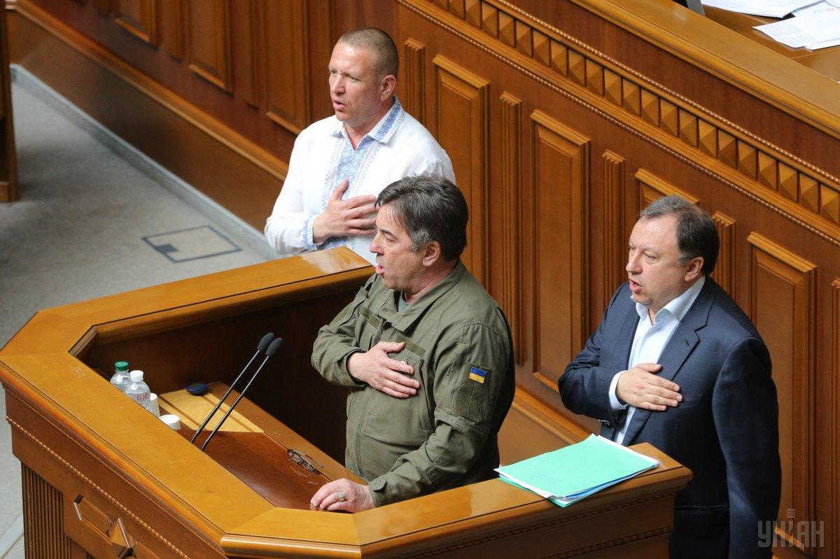 Потом все вместе пели Гимн Украины / Фото УНИАН
