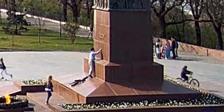 Памятник Неизвестному матросу в Одессе повредил ребенок