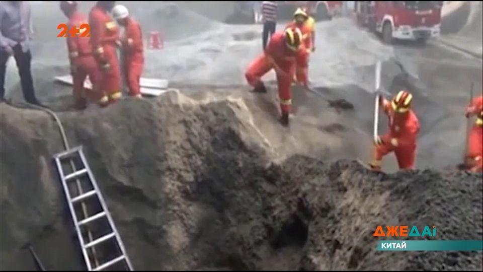 Спасали мужчину десяток рабочих / скриншот