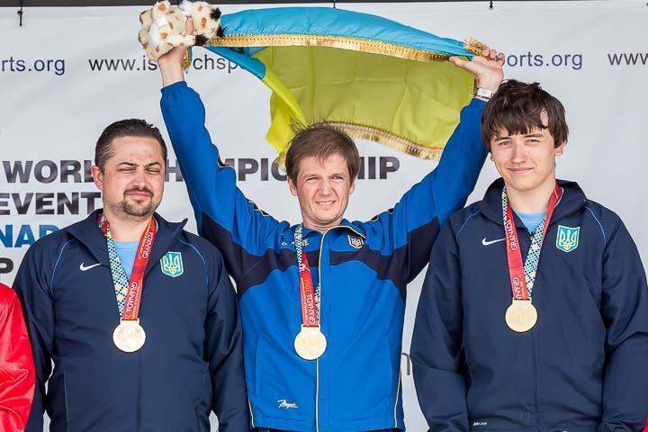 Александр Петрив (в центре) завоевал лицензию на Игры-2020 / nsblvs.org
