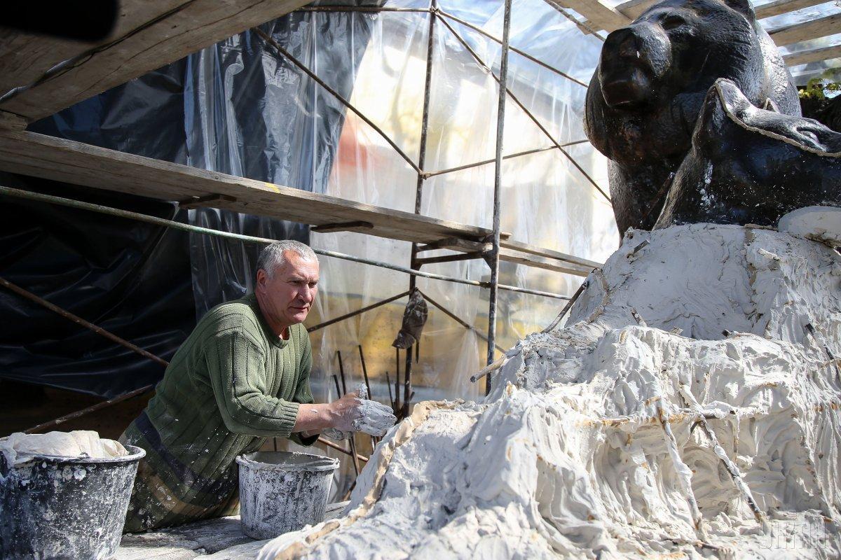 Зараз скульптури левів і зубрів реставрують / Фото УНІАН