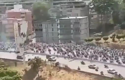 Колона рухається до палацу президента / скріншот відео twitter.com/AmichaiStein1