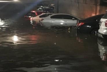 Повінь затопила автомобільні стоянки в аеропорту Далласа (відео)