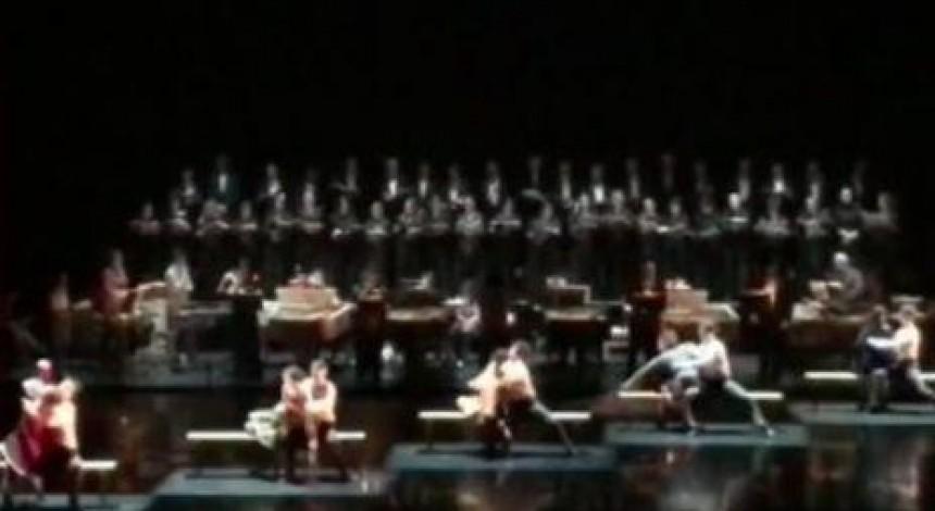 У РФ чоловічий хор театру Станіславського впав на сцені (відео)