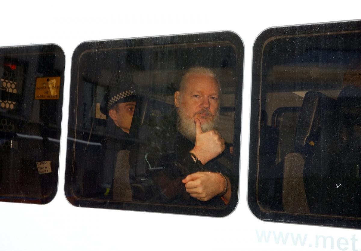 Джулиан Ассанж во время ареста / REUTERS
