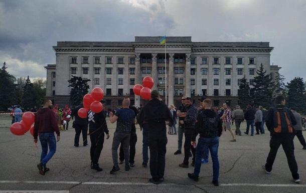 Один из активистов принес красные шары, которые начала прокалывать острым предметом пожилая женщина / Фото: usionline.com