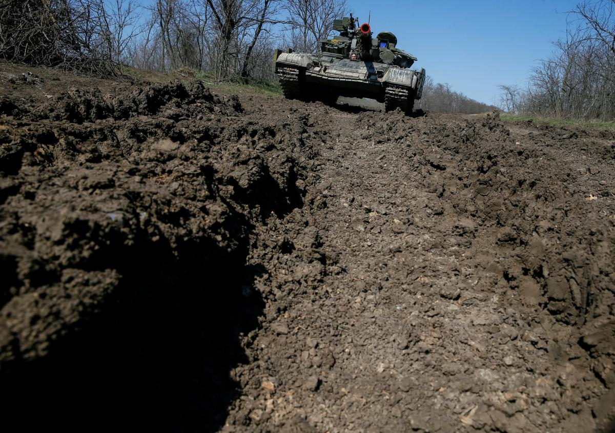 One Ukrainian soldier killed in action in Donbas on March 18 / REUTERS