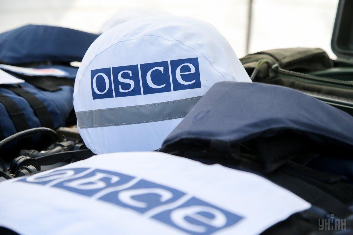 Спостерігачі ОБСЄ помітили цивільну машину з труною / фото УНІАН