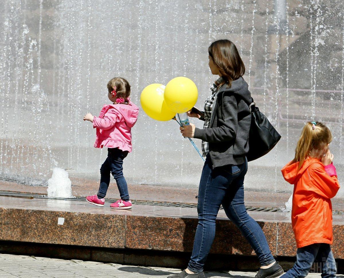 Зеленский подписал указ о поддержке семей, которые воспитывают детей-сирот / фото УНИАН