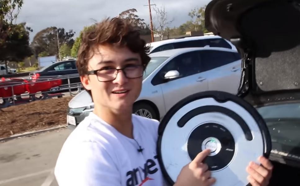 Американец научил робота-пылесоса впадать в истерику после столкновений / Скриншот - Youtube, Michael Reeves