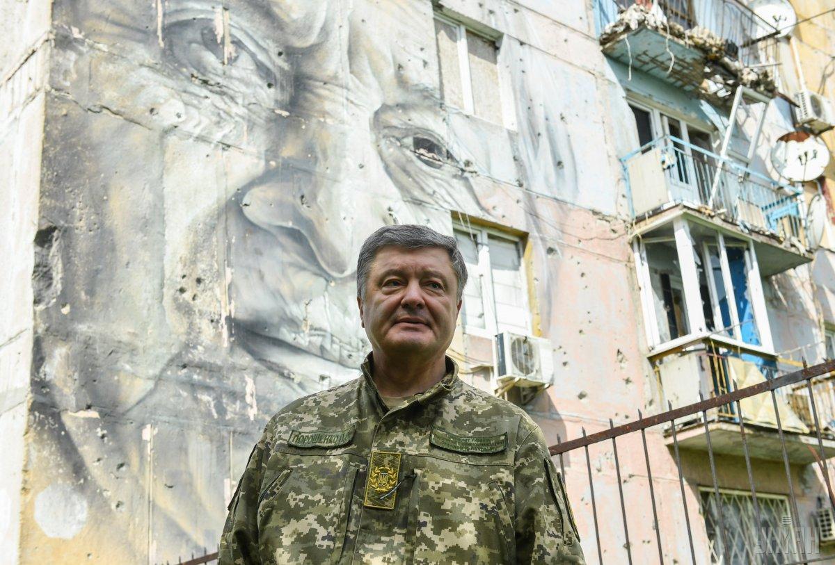 За словами Порошенка, доплати військовослужбовцям, які перебувають на першій лінії оборони, збільшені до 17 тисяч гривень / УНІАН