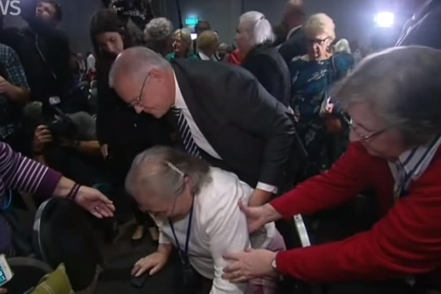 В Австралийского премьера пытались попасть яйцом / Скриншот - Youtube, ABC News (Australia)