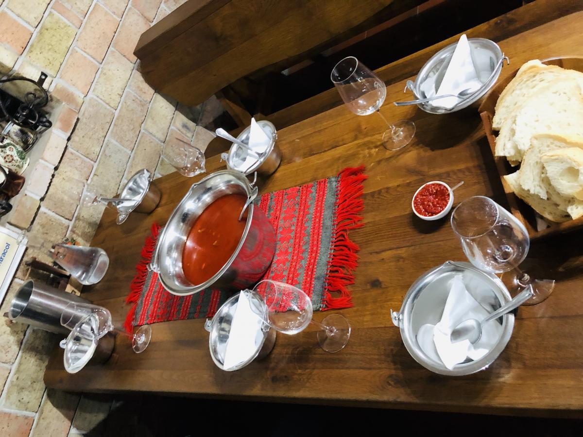 В Эгере к вину принято подавать гуляш / Фото Вероника Кордон