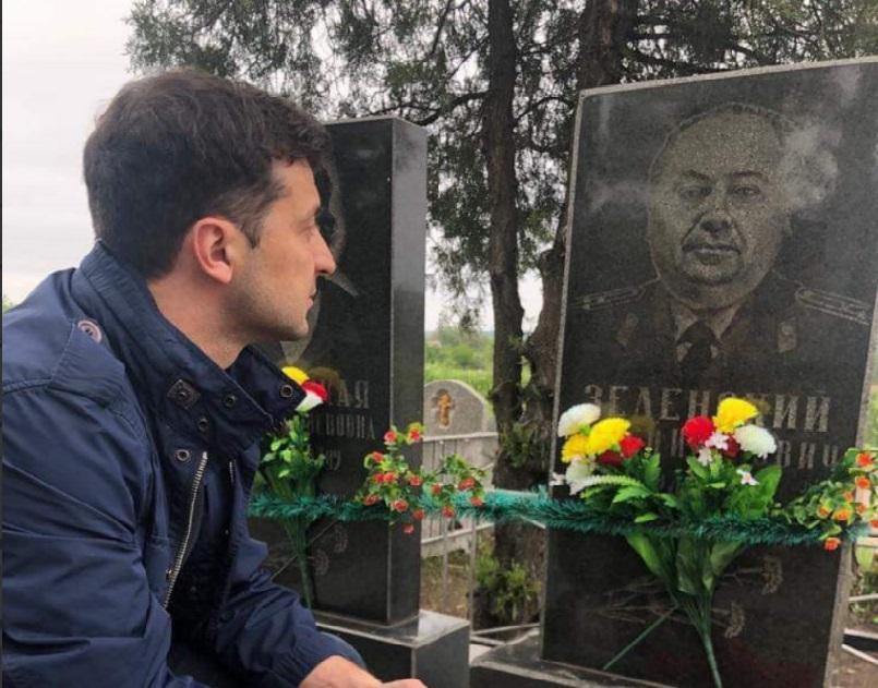 Зеленський відвідав могилу свого дідуся-ветерана / Facebook - Володимир Зеленський