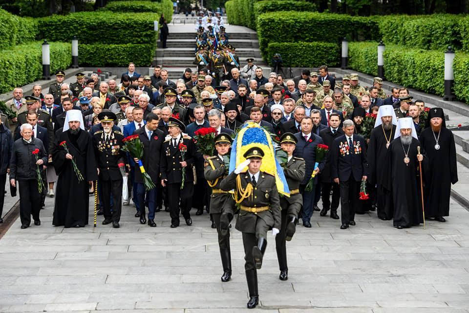 Участники акции возложили цветы к могиле Неизвестного солдата / фото УНИАН