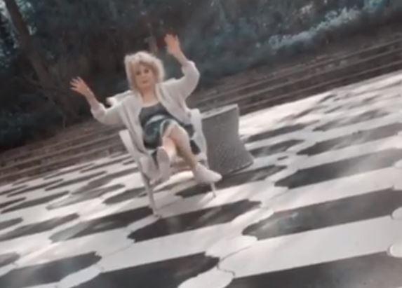 Артистка похвасталась в кадре похудевшими ножками / Скриншот