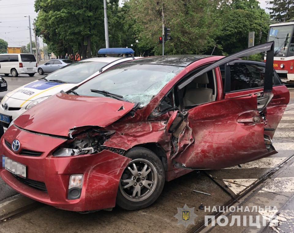 Женщину-водителя легковушки и пассажира-ребенка доставили в больницу / фото facebook.com/police.kharkov