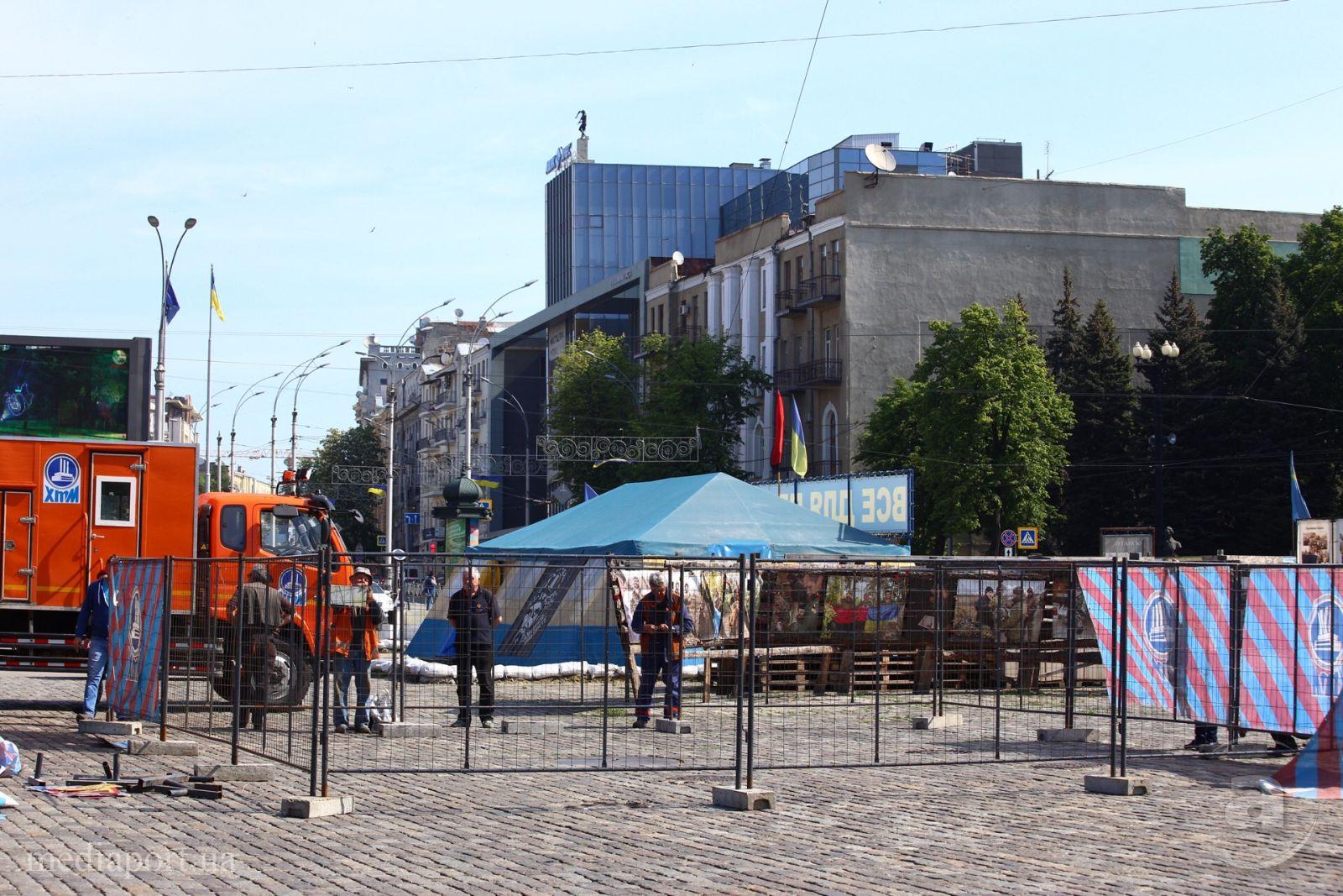 Представители общественных организаций разбирают забор / фото mediaport.ua