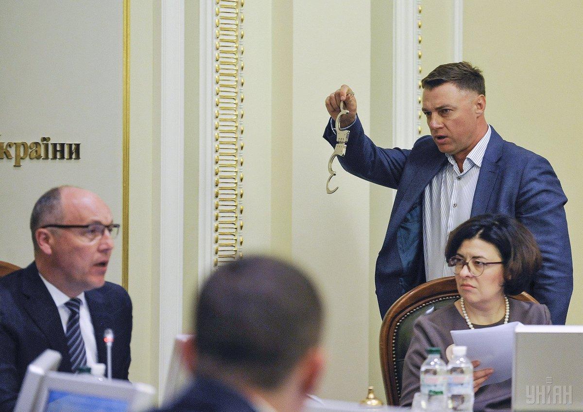 Куприй положил перед Парубием на рабочий стол наручники, заявив, что именно их заслуживает председатель ВРУ / УНИАН