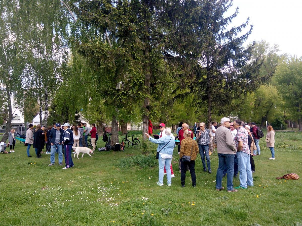 Для протидії загрозі забудови об'єдналися тернополяни різного віку, які звикли відпочивати на даній ділянці в парку (фото: УНІАН)