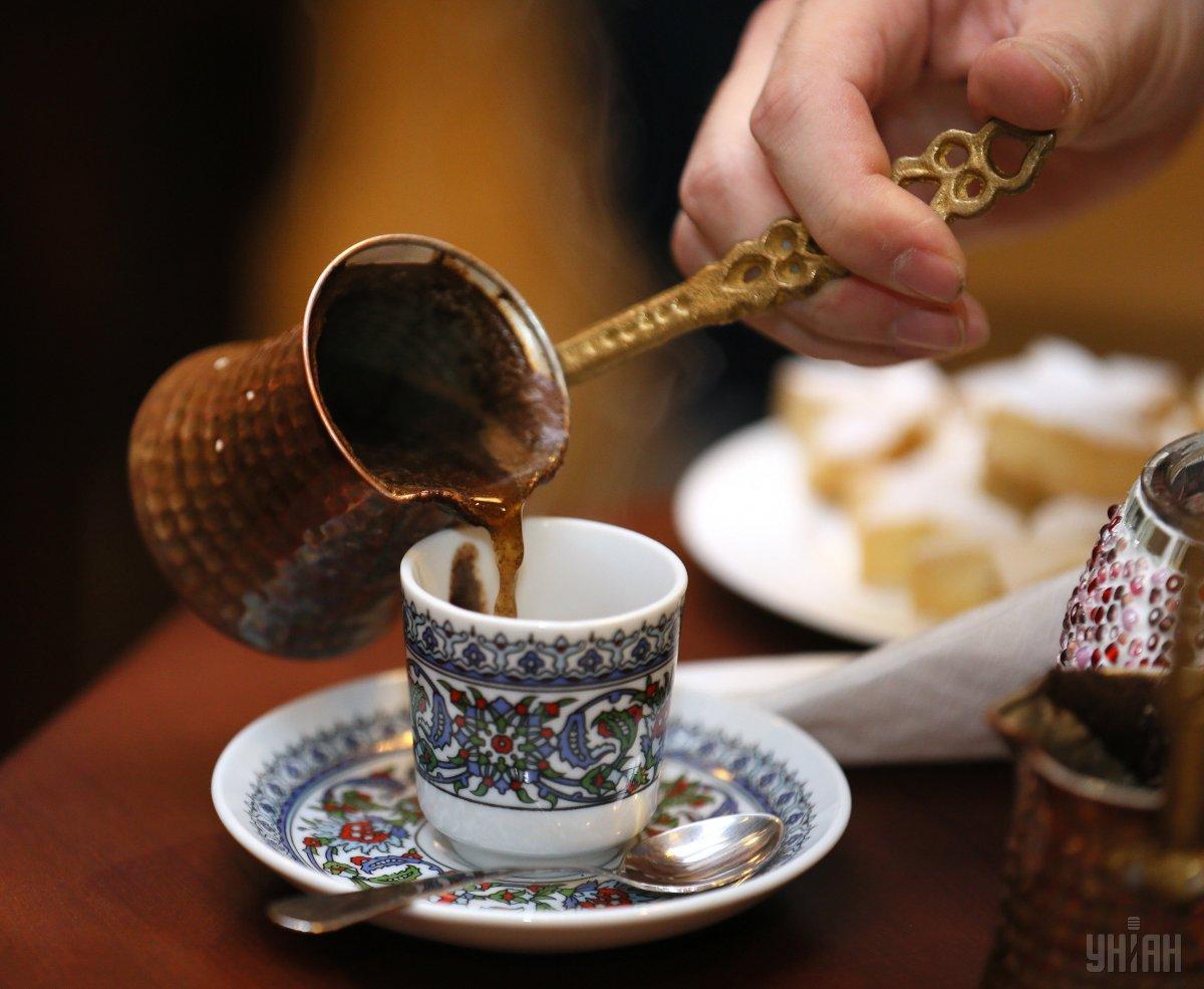 Мужчина случайно разлил кофе на мундир одного из полицейских / фото УНИАН