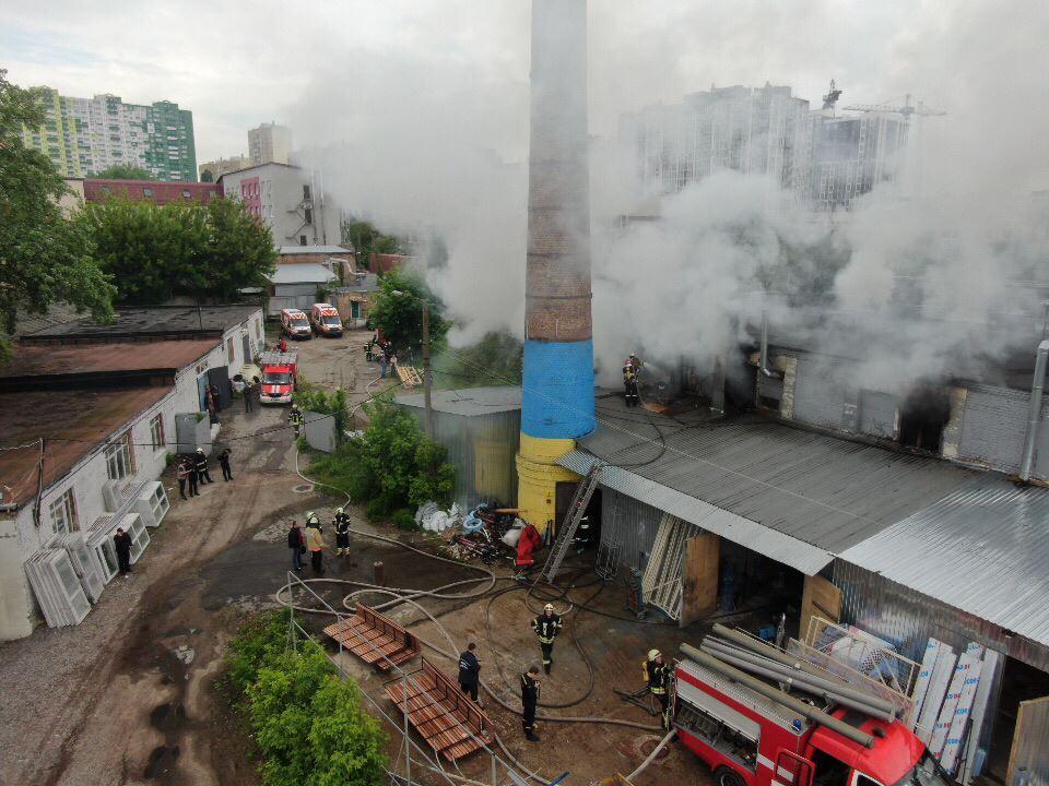 Пожар произошел в помещении, где хранились канистры с бензином и маслом / фото Информатор